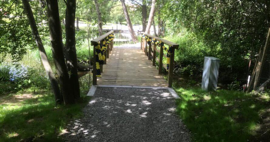 stadspark gångbro över bäck